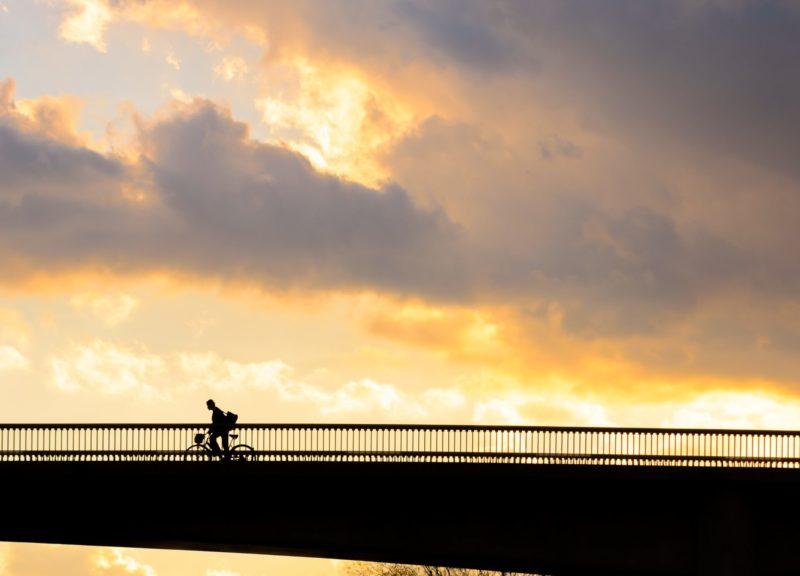 橋の上を走る自転車