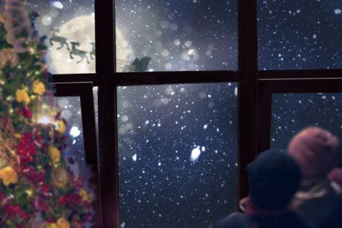 窓辺の子供とサンタクロース