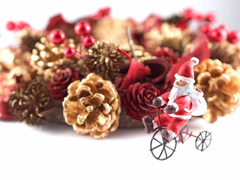 サンタクロースの人形と松ぼっくりのリース