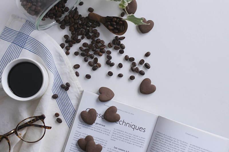 ハート形のクッキーとコーヒー