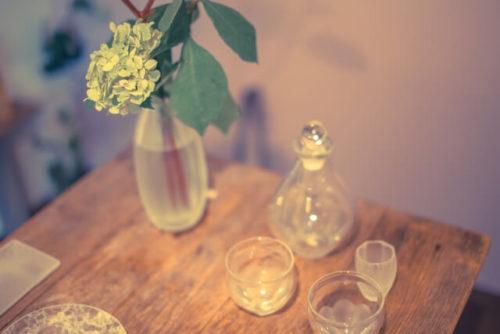 テーブルと瓶