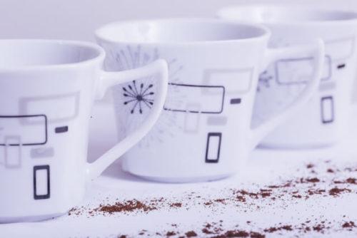 並んだカップ