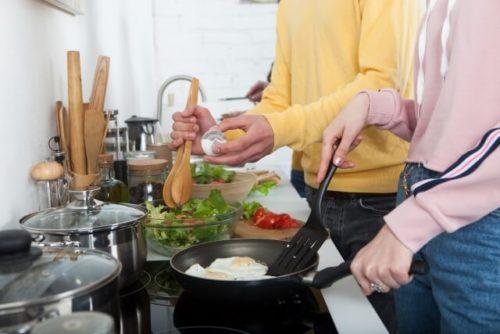 キッチンで調理